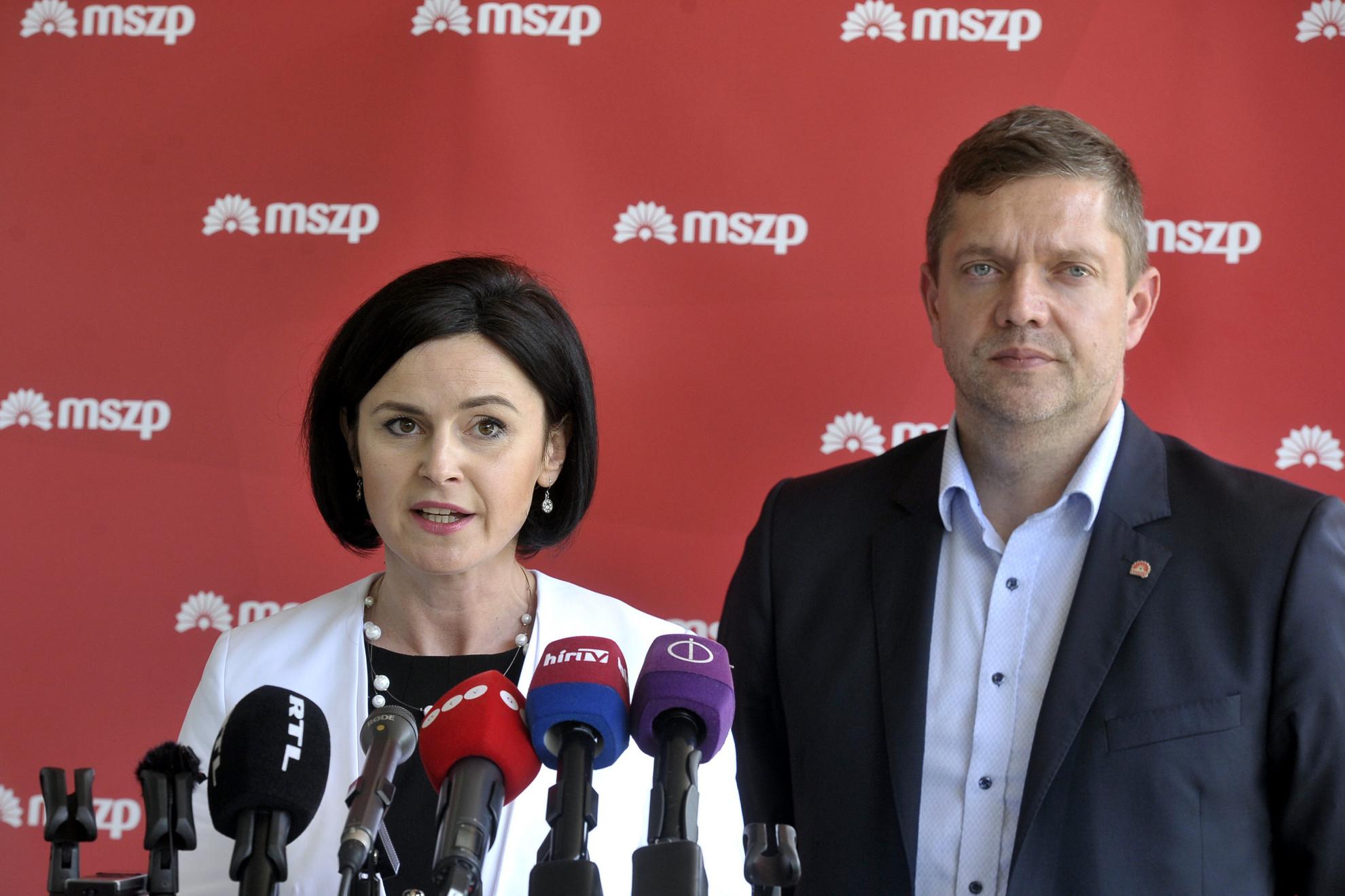 Kunhalmi Ágnes, az MSZP választmányának elnöke és Tóth Bertalan, az MSZP elnöke sajtótájékoztatót tart a testület ülésének szünetében
