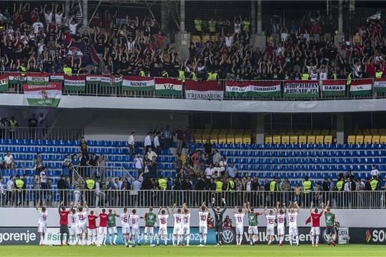A győztes magyar válogatott játékosai köszöntik a szurkolókat