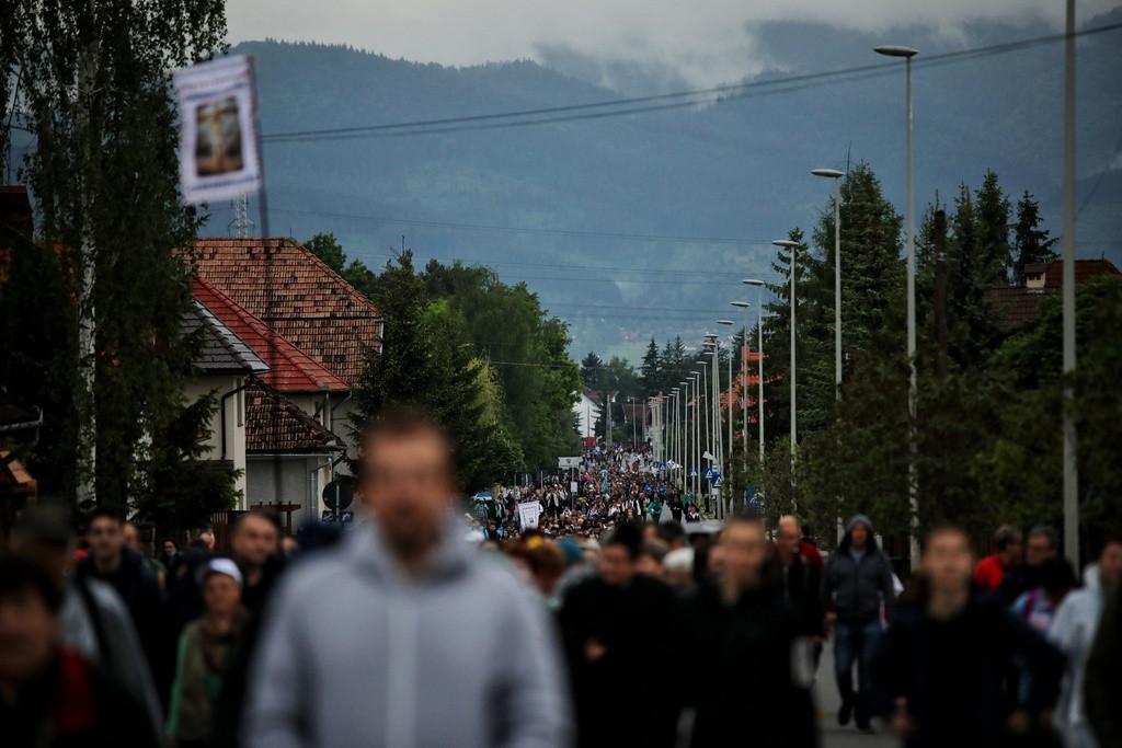 Hatalmas tömeg vonul a pápalátogatás helyszínére
