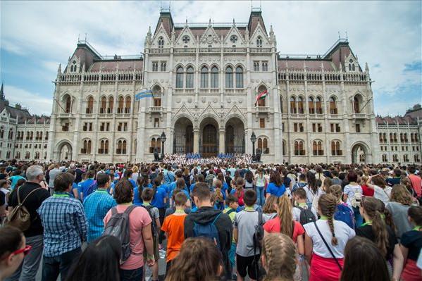 Diákok éneklik a Kézfogás című dalt, a magyar összetartozás himnuszát