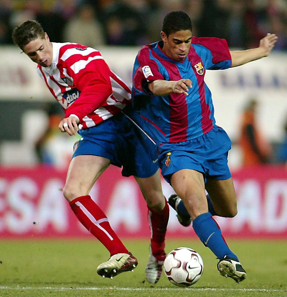 Már fiatalon is sok gondot okozott a védőknek: Itt éppen a barcelonai Michael Reiziger gyötri