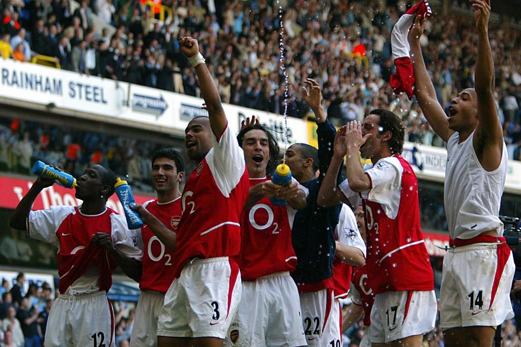 Tagja volt az Arsenal 2004-ben veretlenül bajnok gárdájának. Itt épp az aranyérem megszerzését ünneplik a társakkal, balról a második Reyes