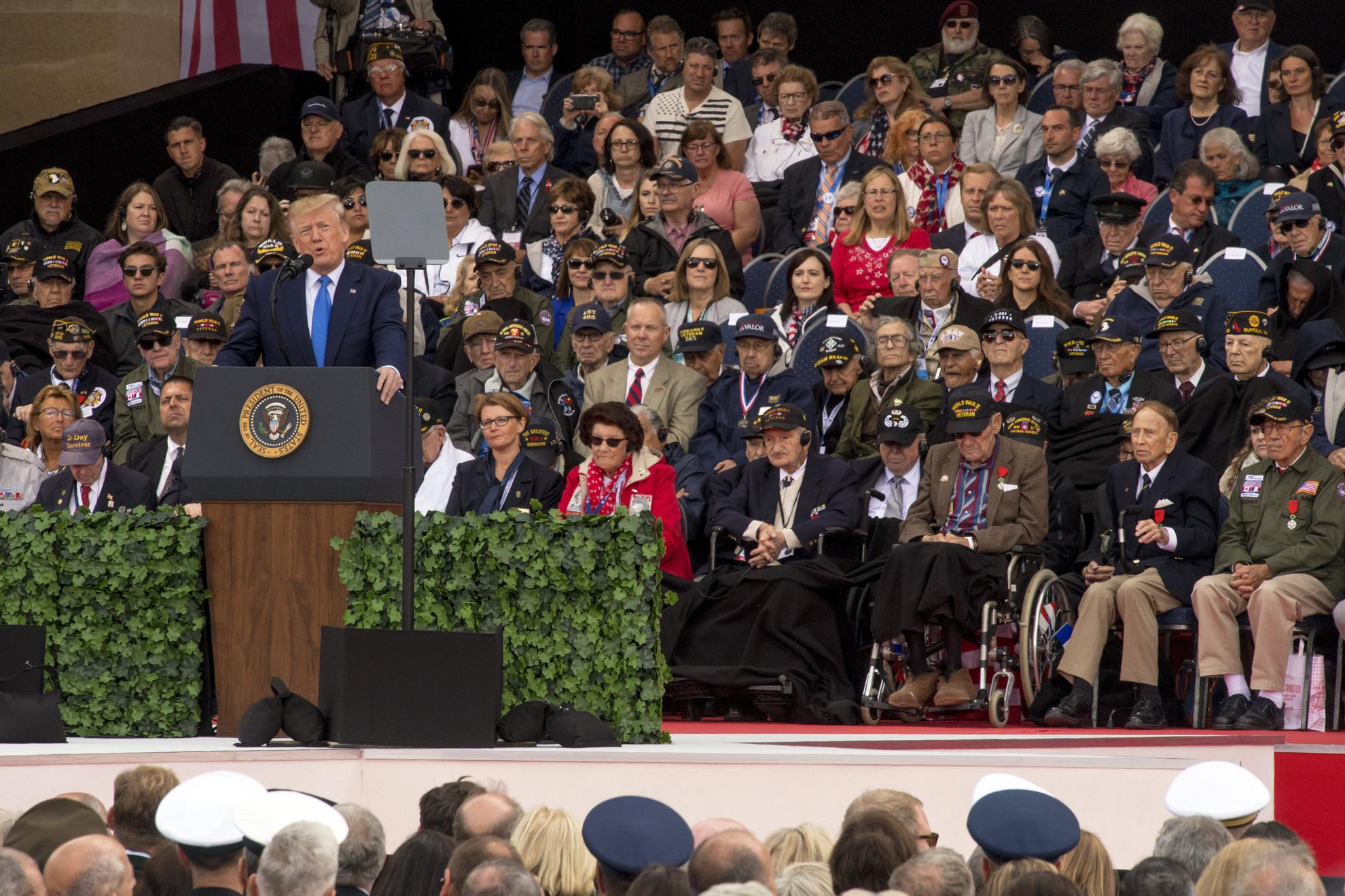 Donald Trump amerikai elnök beszédet mond a normandiai partraszállás hetvenötödik évfordulója alkalmából tartott megemlékezésen a nyugat-franciaországi Colleville-sur-Mer amerikai katonai temetőjében