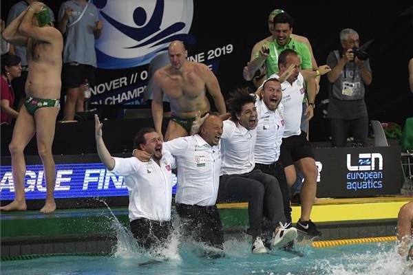 A Ferencváros csapatának tagjai ünneplik győzelmüket