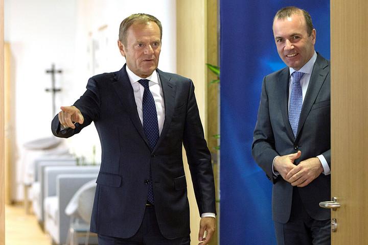 Merkel is elengedheti Manfred Weber kezét