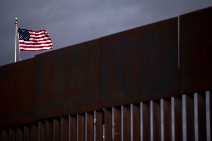 Katonák és rendőrök ezreit küldte Mexikó a határhoz
