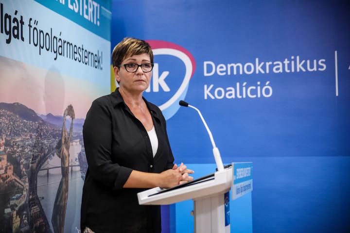 Kálmán Olga magyarázza a bizonyítványát