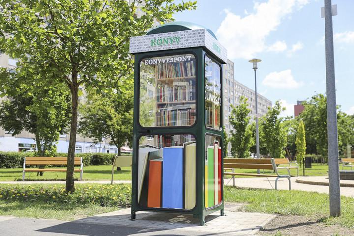Könyves pavilonná alakítottak át egy telefonfülkét Győrben