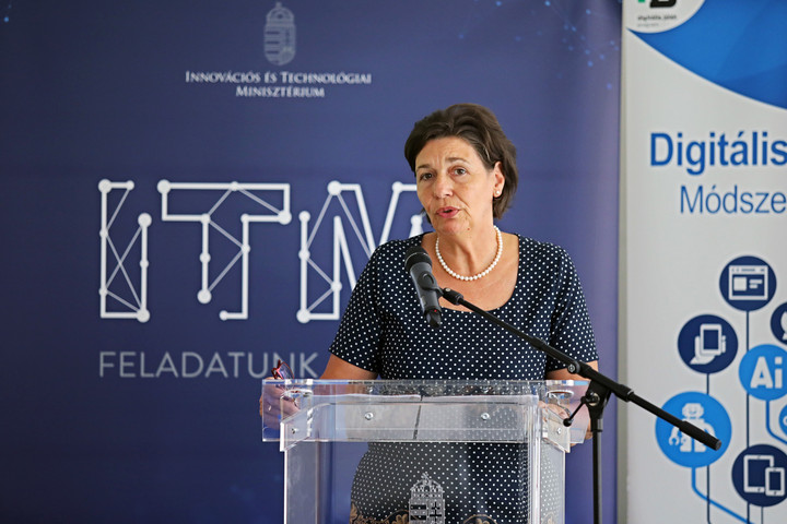 Egységes digitális kompetencia keretrendszert vezet be a kormány