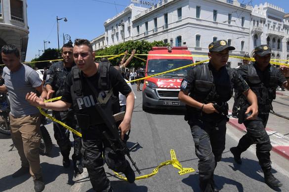 Két öngyilkos merénylő felrobbantotta magát Tuniszban
