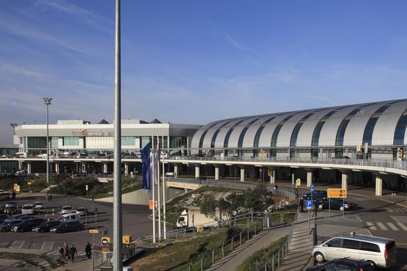 Koronavírus gyanúja miatt szállítottak kórházba egy férfit a Liszt Ferenc reptérről