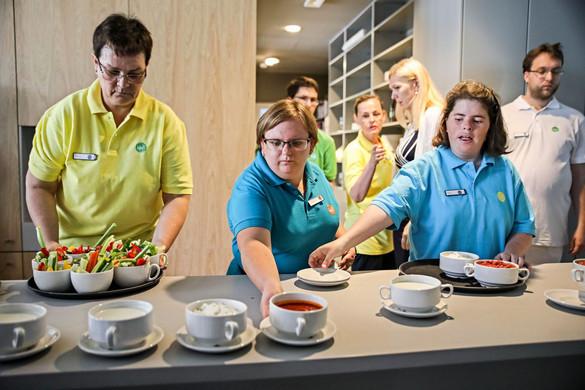 Ahol fogyatékkal élők szolgálják fel az ételt