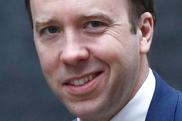Hatan maradtak állva a brit Konzervatív Pártban az egészségügyi miniszter visszalépése után