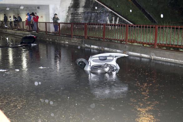 Autók merültek el az esővízben Szolnokon