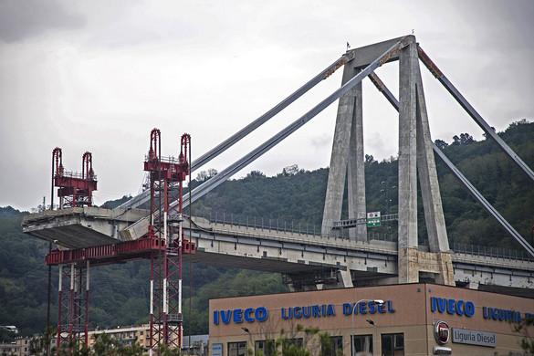 Helyére emelték Genovában az új autópályahíd első szakaszát