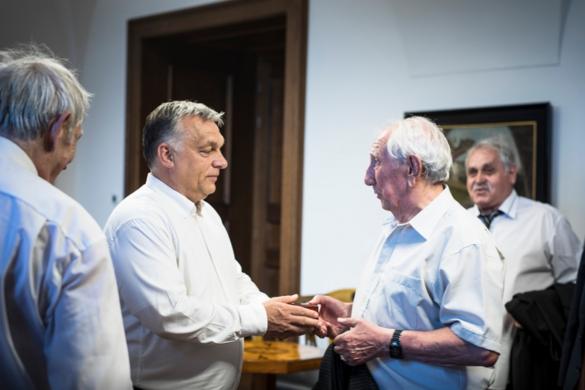 Orbán Viktor felköszöntötte az újpesti csatárlegendát