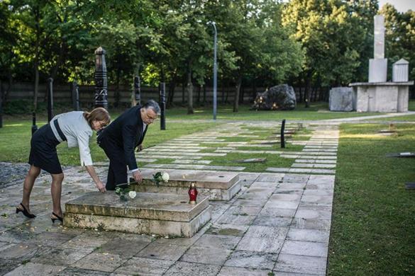 Orbán Viktor és felesége virágot vitt Nagy Imre sírjához