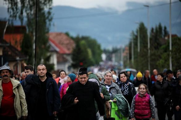 Szakadó esőben várták a csíksomlyói hegynyeregben Ferenc pápa érkezését