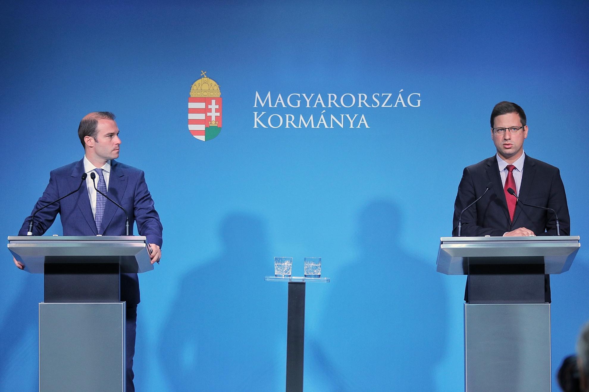 Hollik István (b) kormányszóvivő és Gulyás Gergely (j) miniszterelnökséget vezető miniszter a kormányinfón