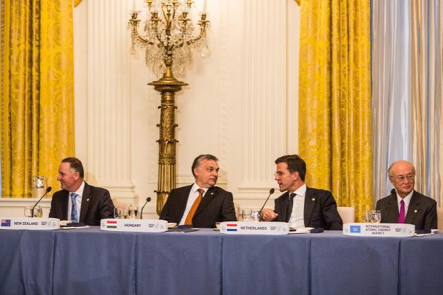Orbán Viktor miniszterelnök (b2) a nukleáris biztonságról szóló csúcstalálkozón részt vevő delegációvezetők tiszteletére rendezett vacsorán a washingtoni Fehér Házban 2016. március 31-én. Mellette Mark Rutte holland (j2) és John Key új-zélandi kormányfő (b), jobbról Amano Jukija, a Nemzetközi Atomenergia-ügynökség (NAÜ) főigazgatója