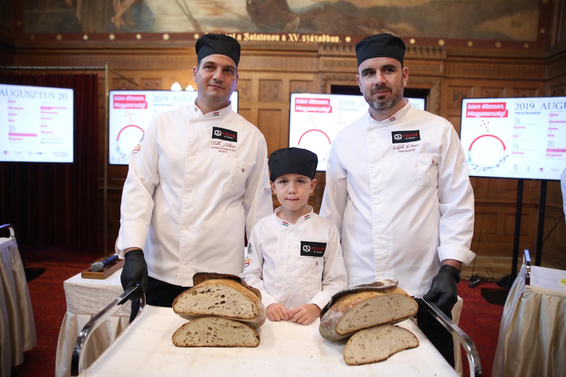 A Szerencsetarsoly elnevezésű alkotást a Pedró Pékségből Vajda Péter és Takó Zoltán pékmester készítette