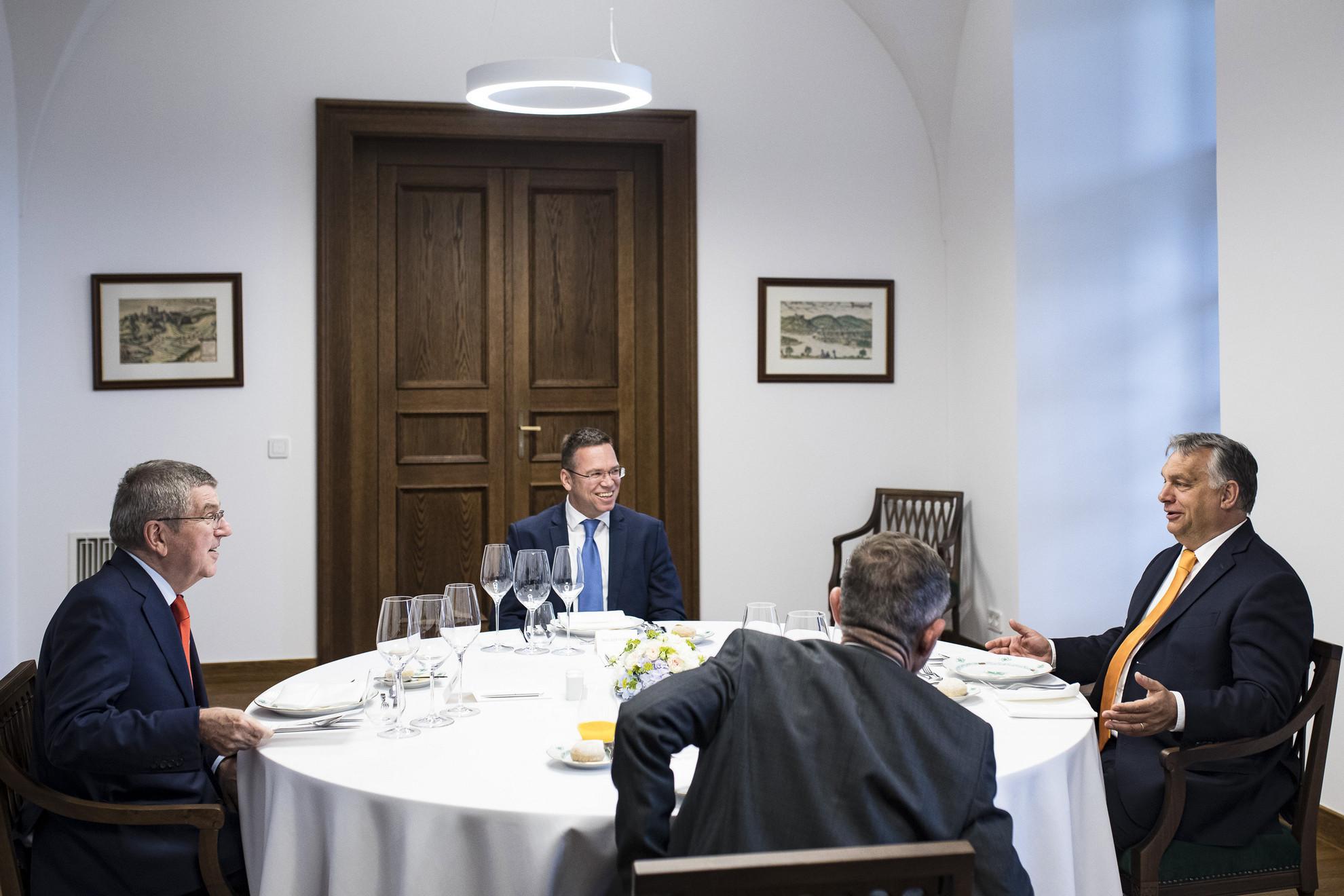 Orbán Viktor miniszterelnök (j) és a Nemzetközi Olimpiai Bizottság elnöke, Thomas Bach (b) találkozója a Karmelita kolostorban. Szemben középen Fürjes Balázs nemzetközi sportpályázatokért felelős kormánybiztos