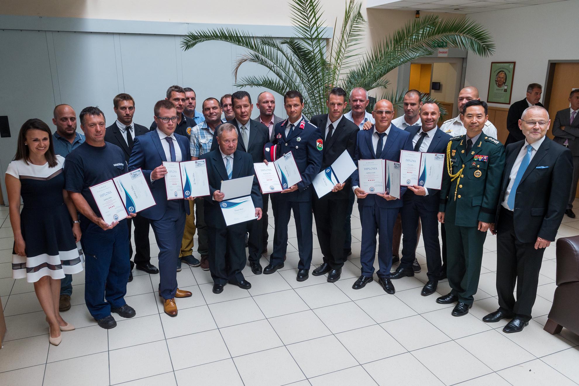 A díjazottak és résztvevők a Magyar Búvár Szakszövetség kitüntetéseinek átadásán Budapesten, a Magyar Sport Házában