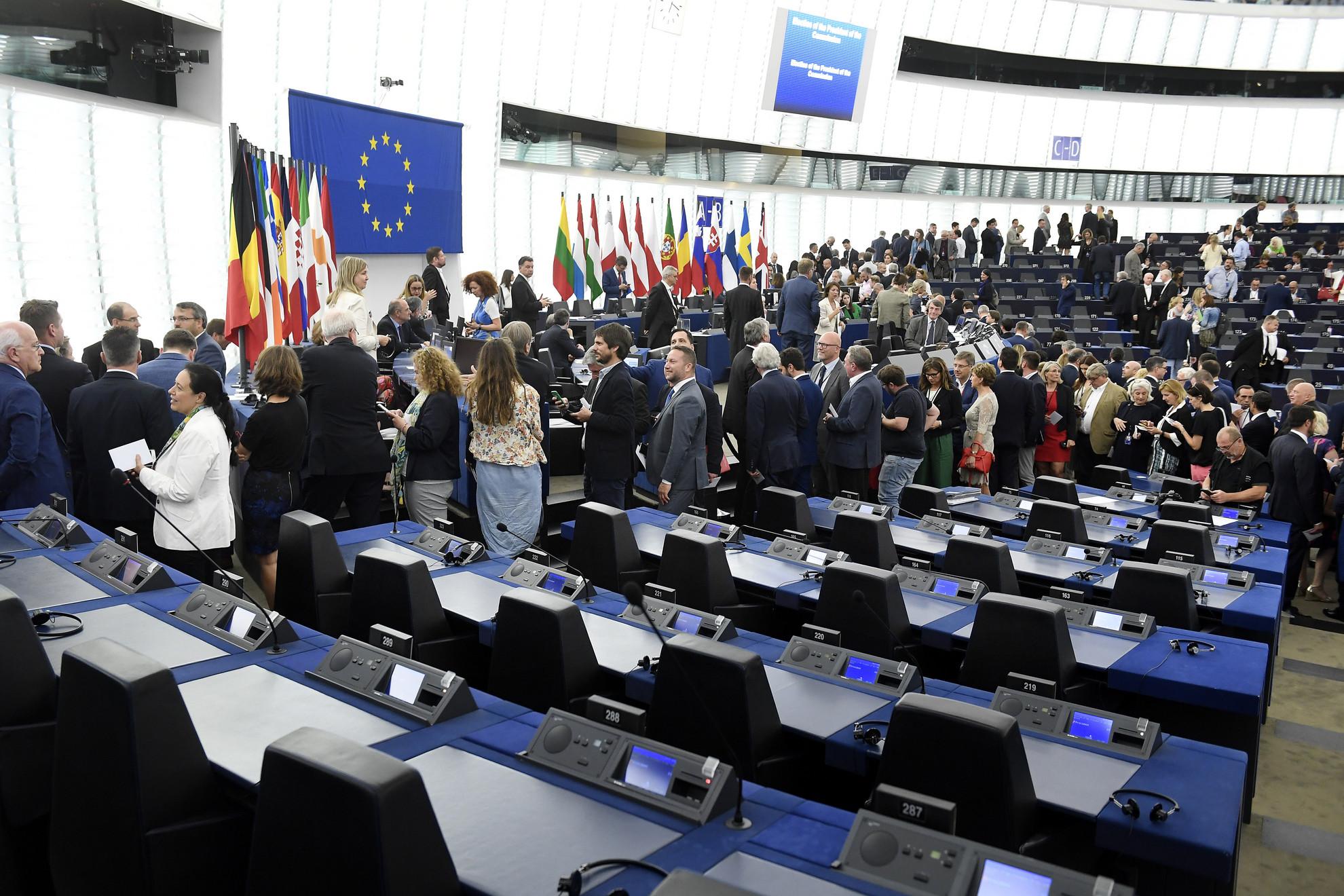 Képviselők sorban állnak az Európai Bizottság élére jelölt Ursula von der Leyen német kereszténydemokrata politikus megválasztásáról szóló szavazáson az Európai Parlament (EP) plenáris ülésén Strasbourgban 2019. július 16-án