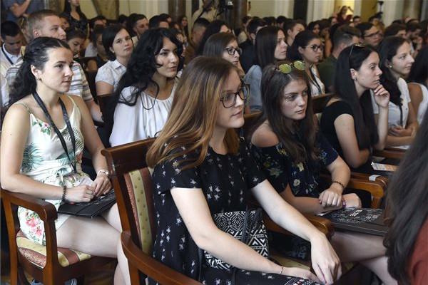 A 24. ELTE Kárpát-medencei Magyar Nyári Egyetem megnyitójának résztvevői az Eötvös Loránd Tudományegyetemen