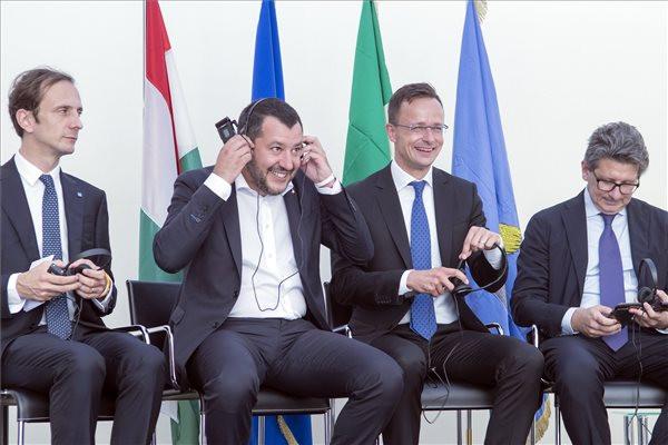 Massimiliano Fedriga, az északkelet-olaszországi Friuli Venezia Giulia tartomány elnöke, Matteo Salvini olasz belügyminiszter, Szijjártó Péter külgazdasági és külügyminiszter és Zéno D' Agostino a trieszti kikötő vezérigazgatója (b-j)