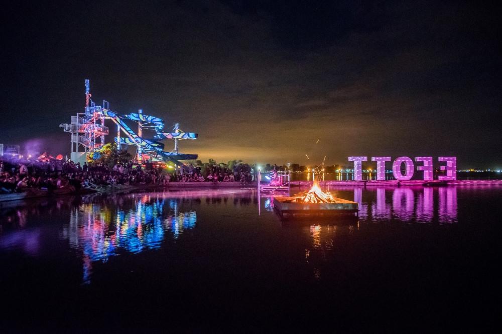 Éjszakai látkép a fesztivál első napjáról