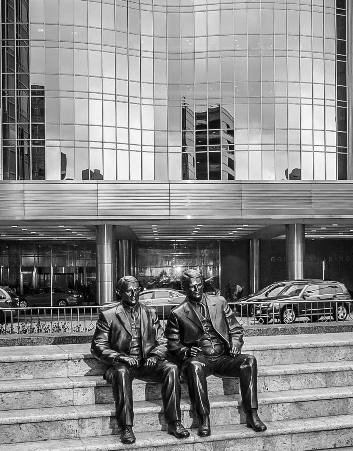 A bejárat előtti széles lépcsősoron a klinika megnyitásának első két sebésze, a névadó William Worrall Mayo két fia, Charles Horace Mayo és William James Mayo bronzszobra látható
