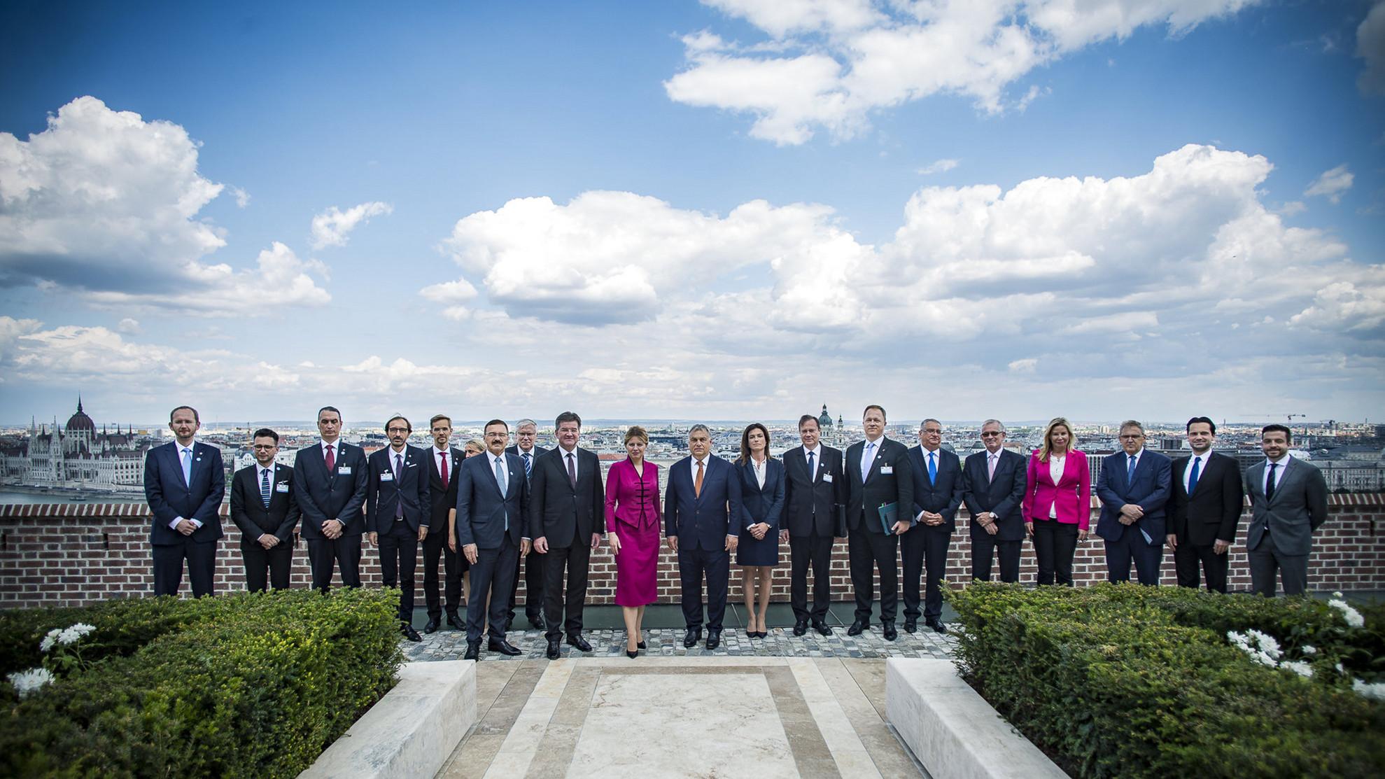A Miniszterelnöki Sajtóiroda által közreadott csoportképen középen Orbán Viktor miniszterelnök (j) és Zuzana Caputová szlovák elnök (b) a Karmelita kolostorban 2019. július 11-én. Tőlük balra Miroslav Lajcak szlovák külügyminiszter, jobbra Varga Judit igazságügyi miniszter.