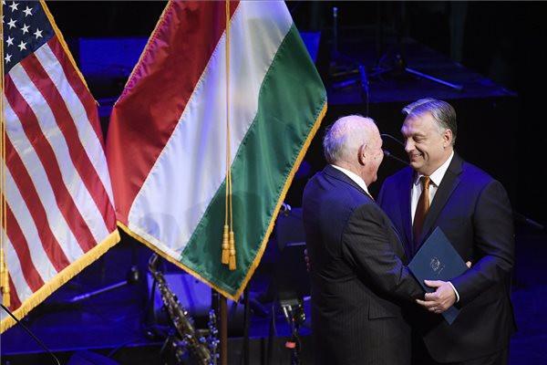 David B. Cornstein, az Egyesült Államok budapesti nagykövete (b) és Orbán Viktor miniszterelnök az amerikai nemzeti ünnep, a függetlenség napja 243. évfordulója tiszteletére rendezett fogadáson