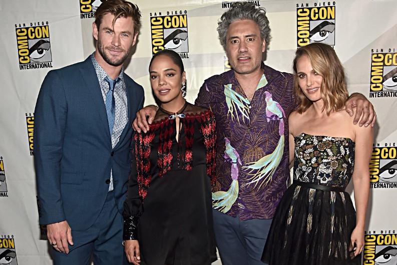 A Thor 4 visszatérő alkotói, balról jobbra: a Thort alakító Chris Hemsworth, a Valkűrt játszó Tessa Thompson, a rendező Taika Waititi és Jane Foster megformálója, Natalie Portman