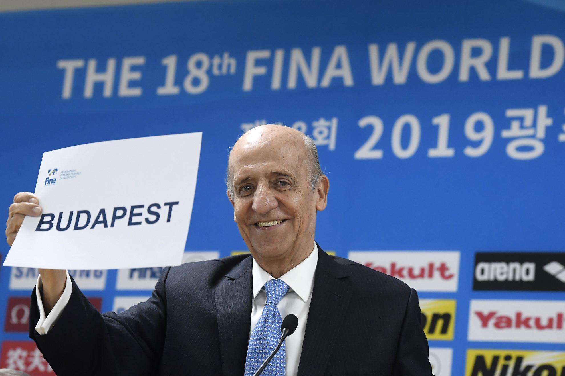 Julio Cesar Maglione, a Nemzetközi Úszó Szövetség (FINA) elnöke mutatja: Budapest a 2027-es vb házigazdája