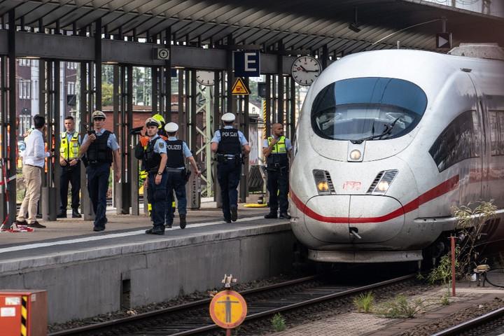 Vonat elé löktek egy anyát gyermekével Frankfurtban