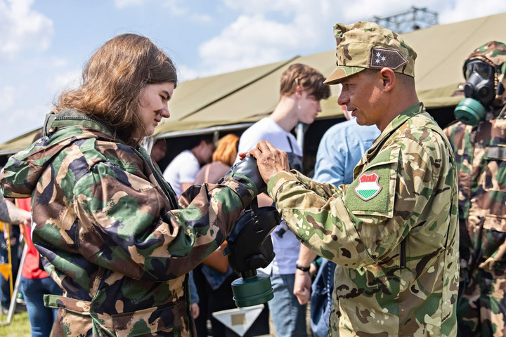 Változatos tematika katonás elemekkel