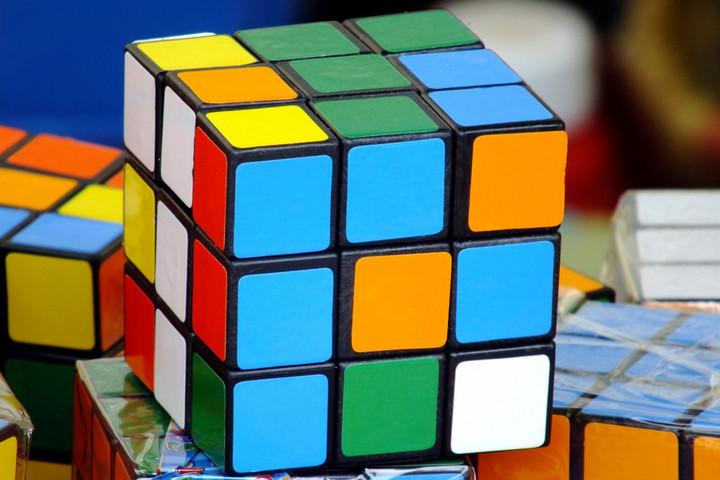 Alig több mint egy másodperc alatt forgatja ki a Rubik-kockát egy robot