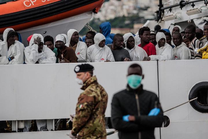 Leszállították a fiatalkorú migránsokat a szicíliai partoknál veszteglő hajóról