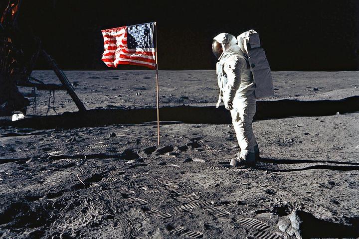 Egy kis lépésre emlékezik ma az egész emberiség