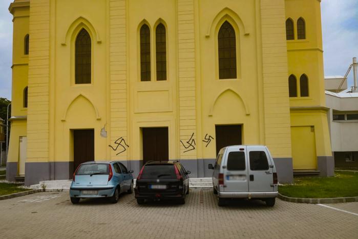 Horogkereszteket festettek a tapolcai Fidesz irodájára és az egykori zsinagógára