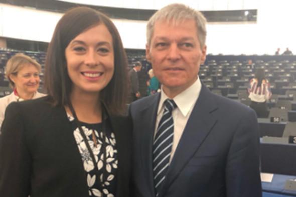 Büszkén pózol Cseh Katalin a magyarellenes román politikus oldalán