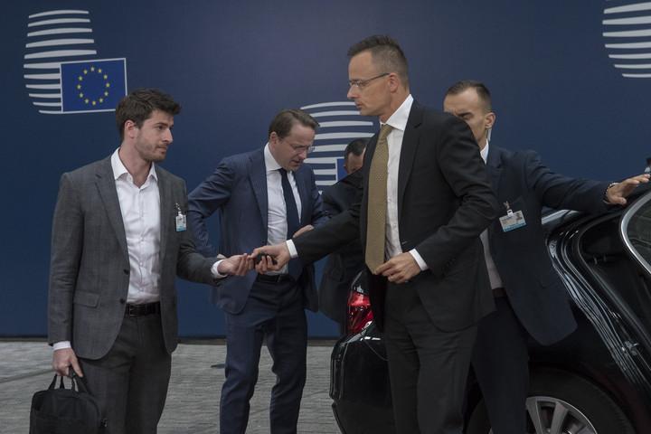 Szijjártó Péter: Brüsszel nyíltan bátorítja az embercsempészetet