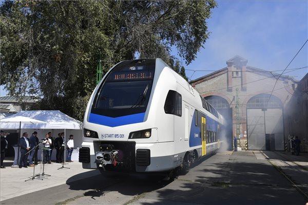 Kigördült az első KISS emeletes motorvonat a Dunakeszi Járműjavító gyártócsarnokából