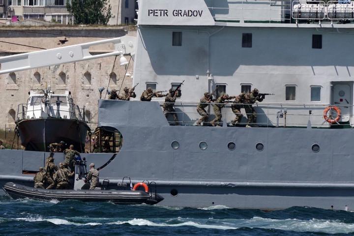 Orosz hadgyakorlat kezdődött a Fekete-tengeren, ahol a NATO is gyakorlatozik