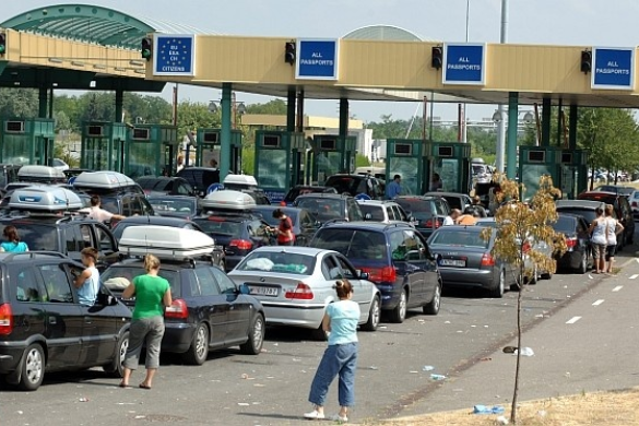 Nagy torlódás alakult ki a Csongrád megyei határátkelőkön