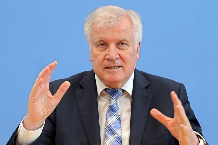 A német belügyminiszter megvonná a menedékjogot a hazájukba látogató szíriaiaktól