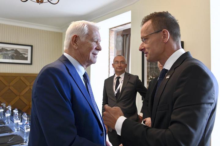 Az úzvölgyi katonatemetőről is tárgyalt román kollégájával Szijjártó Péter