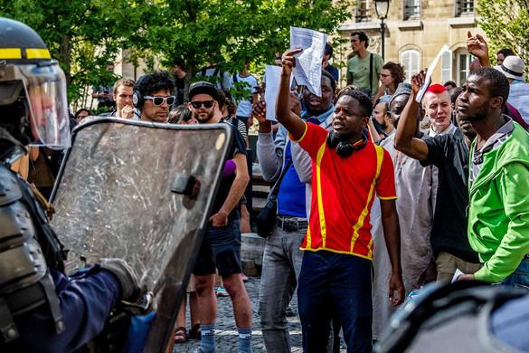 Megszállták Párizst a feketemellényesek